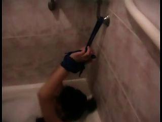 लड़कियां बाथरूम में बाँध और हथकड़ी हुई हैं