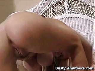 बस्टी लड़की मैरी साक्षात्कार के बाद उसे बिल्ली masturbates