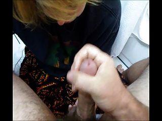 वासलीन के साथ blowjob और हाथ का काम