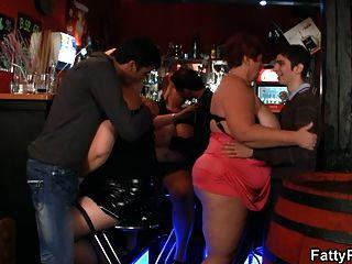 तीन मोटी लड़कियां बार में मज़े हैं