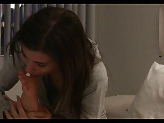 प्यारा एमिली उसके पैर licks