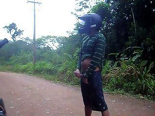 बाइक ट्रेल पर सार्वजनिक wanking