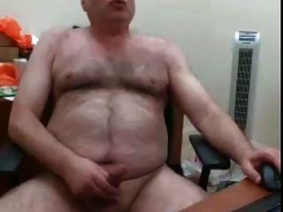 वेब कैमरा बालों वाले भालू डैडी अपने डेस्क पर अपने लोड झटके