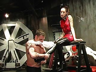 पुरुष गुलाम उसकी मालकिन द्वारा अपमानित