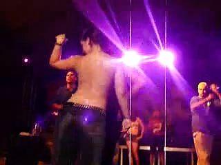 गीला टी शर्ट प्रतियोगिता में नग्न गर्म latinos नृत्य