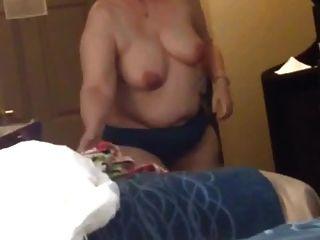 बीबीडब्ल्यू पत्नी क्लैर बड़े स्तन स्ट्रिप्स और गाउन पर डालता है