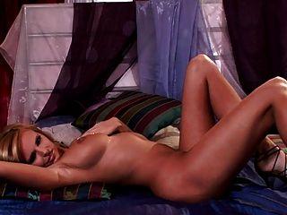 सुंदर अविश्वसनीय स्तन दिखाने के लिए सुंदर गोरा स्ट्रिप्स