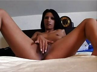 शौकिया छोटे स्तन श्यामला उसे बिल्ली के साथ खेलता है