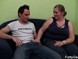 एक lusty BBW के साथ गर्म सेक्स जो उसे craves
