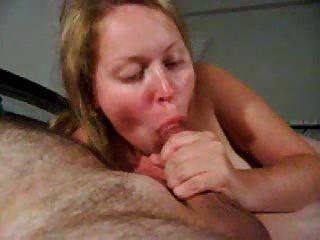गर्म युवा रूसी लड़की वास्तव में एक डिक चाटना प्यार करता है