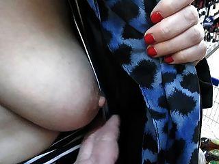 बाजार में उसे स्तन छू