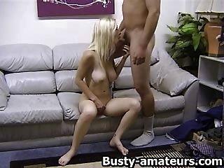 Busty गोरा मोमबत्तियाँ blowjob देता है