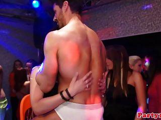 शौकिया पार्टी eurobabes एक क्लब में चाटना बिल्ली