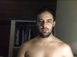 गर्म सेक्सी लैटिनो आदमी कैम पर नग्न हो जाता है