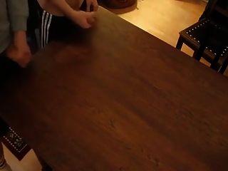 दो दोस्त एक साथ जैकिंग और मेज पर कमिंग