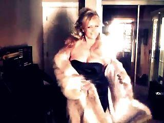 सेक्सी महिला अपनी भेड़िये फर कोट दिखा!