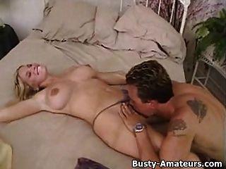 बिस्तर पर गर्म foreplay पर busty शौकिया मैरी