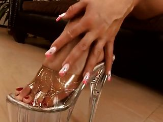 सुंदर पैर की उंगलियां फुट ऊँची एड़ी और खच्चरों