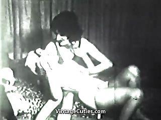 पागल लड़का एक गंदा औरत (1 9 40 के दशक में पुरानी) में कपड़े पहने