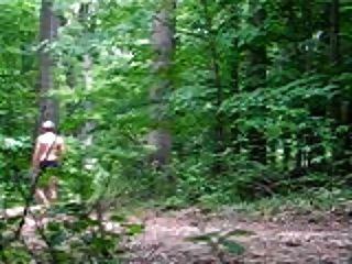 जंगल में नग्न चलना