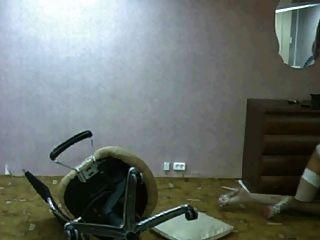 रूसी लड़की बंद कुर्सी गिर जाता है