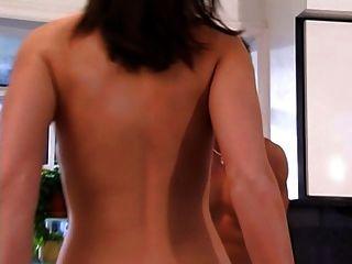 2 सेक्सी महिलाओं के साथ त्रिगुट