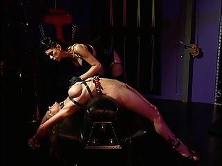 बड़े स्तन के साथ आकर्षक, बाध्य और उसकी मालकिन द्वारा मज़ा आया