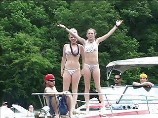 सेक्सी बिकनी लड़कियां एक नाव सवारी के दौरान लोगों को तंग करती हैं