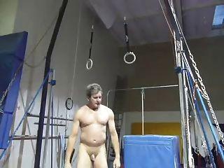 मुझे जिम में खेल रहे नग्न