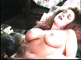 समलैंगिकों जो बड़े स्तन प्यार चिमनी के सामने बिल्ली खा