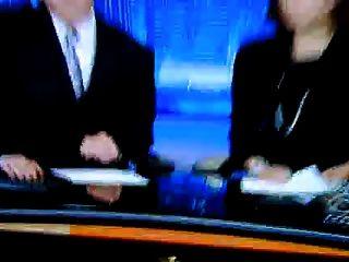 सेक्सी पैर और ऊँची एड़ी दिखाते हुए रिपोर्टर (ध्वनिहीन)