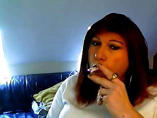 टी लड़की एक बार में 2 धूम्रपान करता है