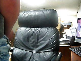 चमड़ा कुर्सी पर बड़ा cumshot