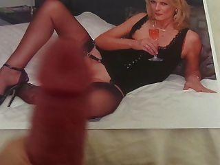 सेक्सी नायलॉन पैर के साथ एक गर्म milf के लिए श्रद्धांजलि