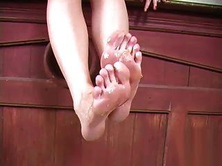 एशले में शहद पैर की चाटना