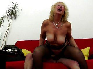 नानी उसके पुराने योनि में युवा डिक हो जाता है