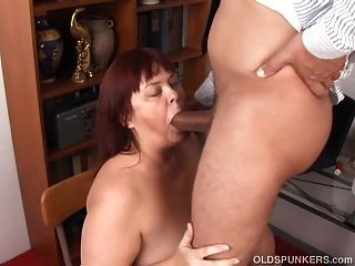 सुपर सेक्सी busty पुराने spunker एक मैला blowjob देता है