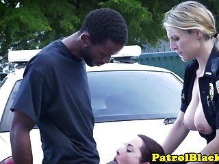 काला मुर्गा पर महिलाओं का दबदबा पुलिस वाले gags और fucked हो जाता है