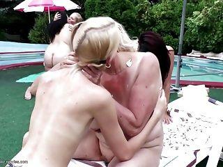 पॉश समलैंगिक समूह pissing grannies के साथ प्यार
