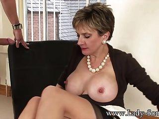 लेडी सोनिया fucks 2 लोग सह में कवर किया जाता है