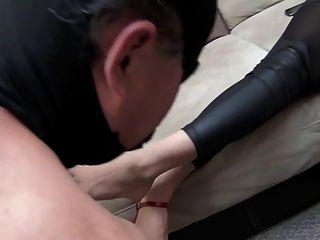 जेनिफर देवी ने गुलाम की पैर सफाई की