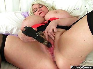 बड़े titted और ब्रिटिश milf सैमी सैंडर्स dildo के साथ खेलता है