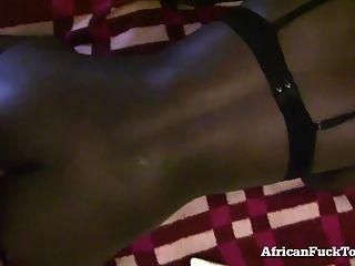 सींग का अफ़्रीकी लड़की पर्याप्त सफेद मुर्गा नहीं मिल सकता है!