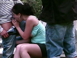 एक प्यारा किशोर लड़की के साथ सार्वजनिक सड़क गैंगबैंग त्रिगुट