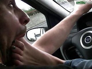 कार में गिउलिया पूर्ण पैर वर्चस्व के साथ ड्राइविंग