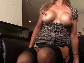 ब्रिटिश बड़े स्तन मोज़ा और ऊँची एड़ी के जूते में milf