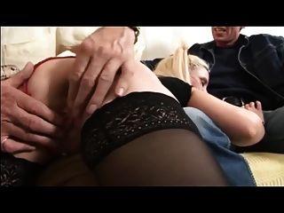 ब्रिटिश पत्नी और spanked हो जाता है और बूढ़े आदमी और पति द्वारा गड़बड़