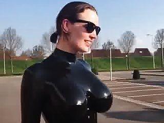 चमकदार लेटेक्स catsuit में बड़े स्तन