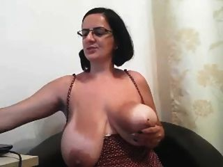 चश्मे के साथ milf उसके बड़े स्तन से पता चलता है