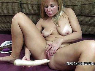 सुखी गर्म महिला liisa veggies के साथ उसकी प्यारी योनी कमबख्त है